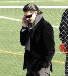 José Luis Pérez Caminero hablando por su teléfono móvil