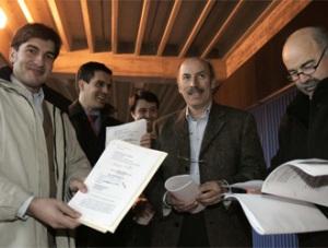 Los dirigentes de Obradoiro con los papeles de la inscripción en ACB
